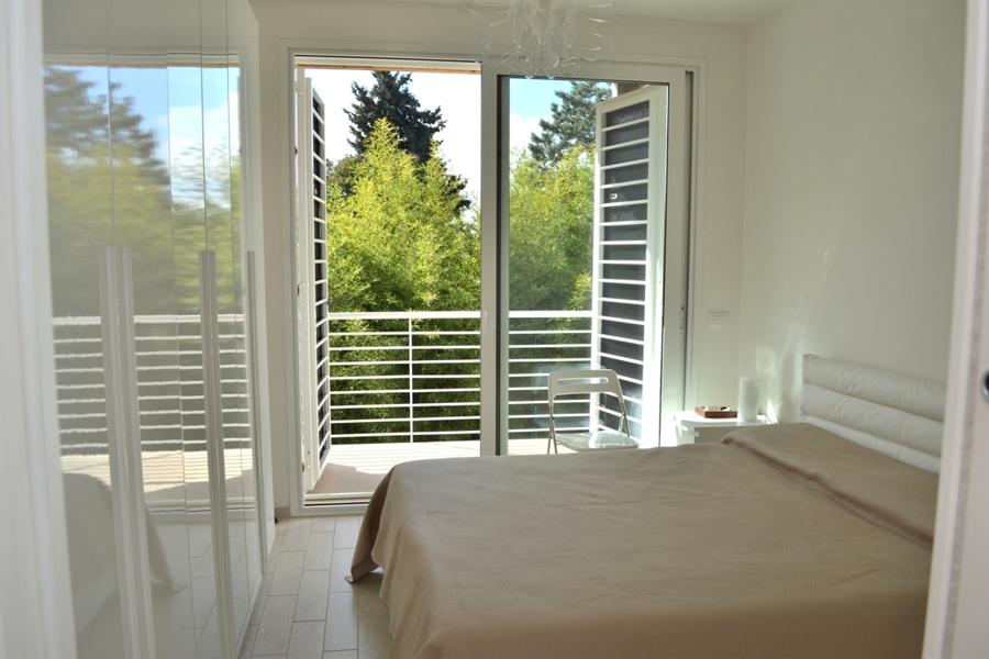 bilocale-con-mansarda-piccola-int15-vista-letto-e-terrazzo